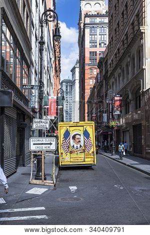 New York, Usa - Oct 6, 2017: Streetlife Downtown New York. The Parcel Service Mason With Its Vintage