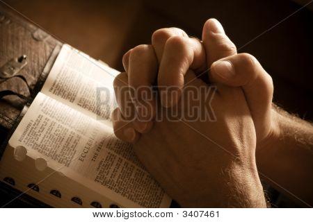 Молиться руки на открытое Библии
