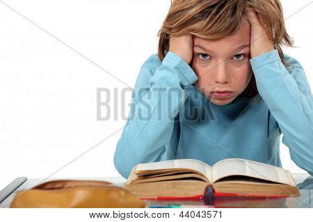 Junge verärgert mit seinen Hausaufgaben