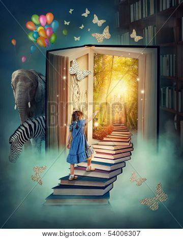 Kleines Mädchen, die Treppe hinauf in das Zauberbuch-Land zu Fuß