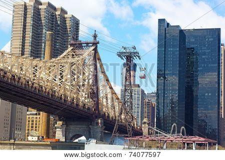 Roosevelt Island Tramway and Queensboro Bridge in New York.
