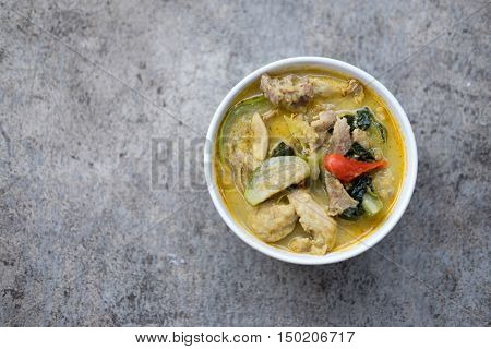 Thai food green curry pork in white bowl. (Kaeng Khiao Wan Moo)