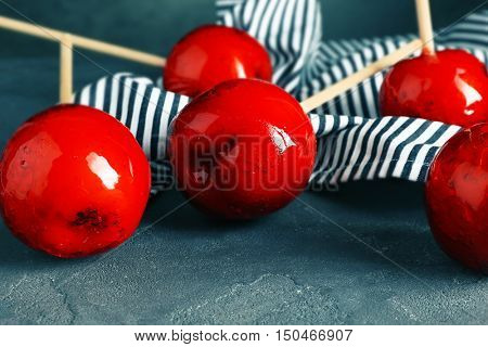 Toffee apples on color background