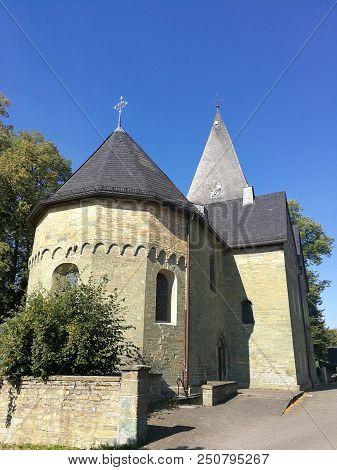 Mittelalterliche Kirche In Deutschland, Blauer Himmel , Mittelalter, Romanisch