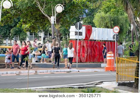 Londrina Pr, Brazil - December 23, 2019: People Walking At Higienopolis Avenue And The Christmas Tot