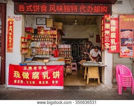Chaozhou/china-02 April 2018:unacquainted Owner In Homemade Peanut Bar Shop On Paifeng Street Old To