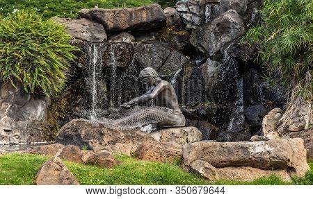 Honolulu  Oahu, Hawaii, Usa. - January 10, 2012: Bronze Hawaiian Net Mender Fountain And Statue On T