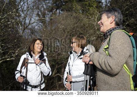 Tre Donne Sorridono E Chiacchierano Tra Loro Durante Una Gita In Montagna