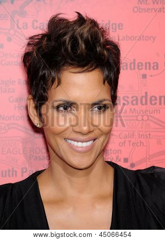 LOS ANGELES - MAR 05:  Halle Berry arrives to the