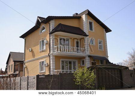 house of yellow brick