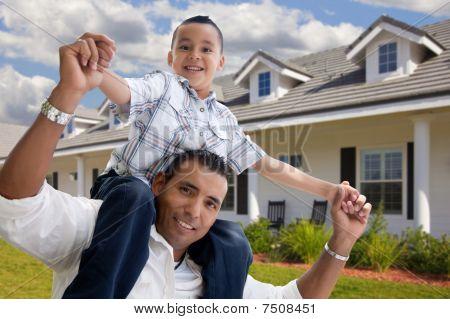 Hispanic padre e hijo en frente de casa
