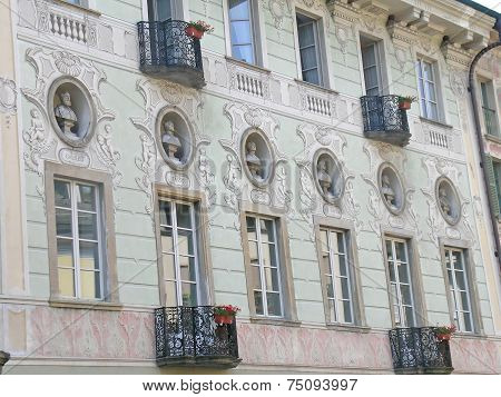 The facade of a house in Lucerne with sculptures