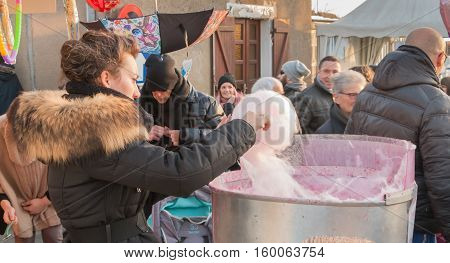 Shopkeeper Makes Cotton Candy