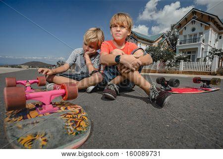 Little boys with longboard skate