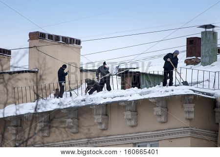 Take off the snow and icicles from the roof. Working cleaning work without insurance. Russia St. Petersburg