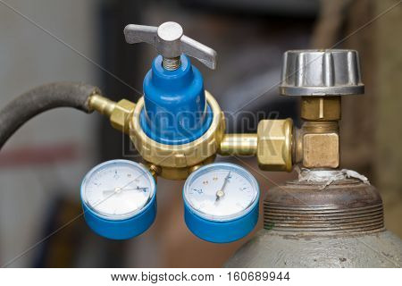 Reducer with two manometers mounted on the gas cylinder
