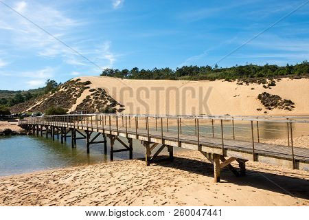 S. Martinho Do Porto, Portugal - September 21, 2018 : Entrance Of The River Salir Do Porto In The Ba