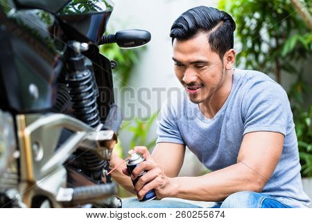 Lubricating motorcycle chain with dedicated chain spray grease