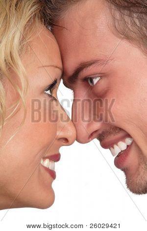 Perfiles de blondie hermosa y brunet mirando mutuamente y riendo