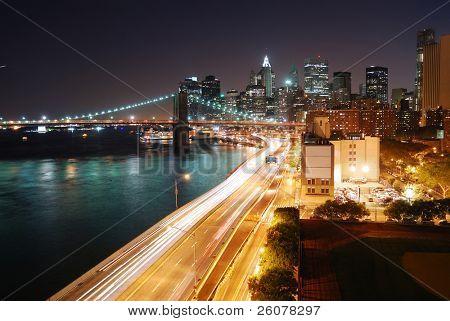 Horizonte urbano de Manhattan de Nueva York y el puente de Brooklyn con rascacielos sobre río Hudson iluminación