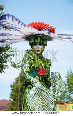 Puyallup, Wa Usa September 10, 2015: Woman Participant In A Plant Flower Costume At The Washington S