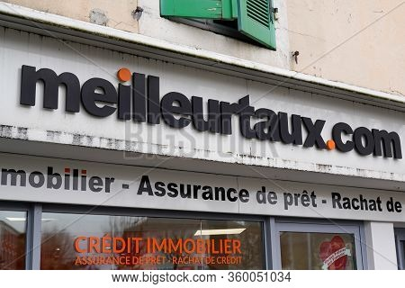 Bordeaux , Aquitaine / France - 02 20 2020 : Meilleurtaux.com Sign Shop Logo Meilleur Taux .com Bran