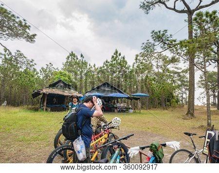 Loei/thailand-17 Feb 2019:unacquainted Tourist On Makdook Cliff Phu Kradueng Mountain National Park