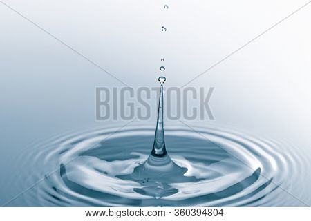 Drop of water drop to the surface. Waves on the surface of the water from a collision