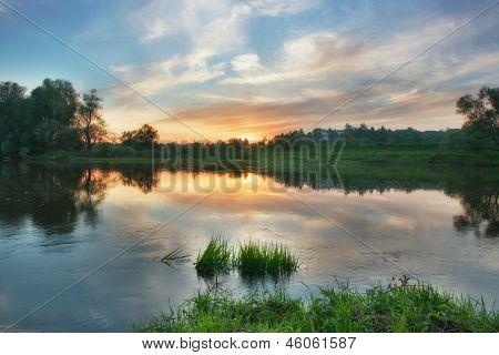 Sonnenuntergang über russische Stadt Swenigorod.