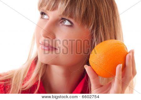 Schönes Mädchen-Holding-Orange