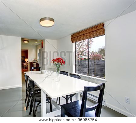 Elegant Dinning Room With Modern Taste.