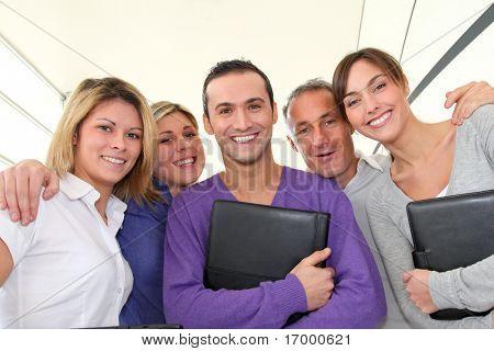 Closeup di sorridente gruppo di lavoratori di ufficio