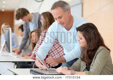 Grupa uczniów uczestniczy szkolenia w szkole