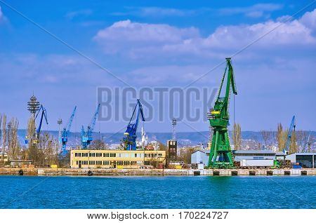 Harbour Level Luffing Cranes in the Port