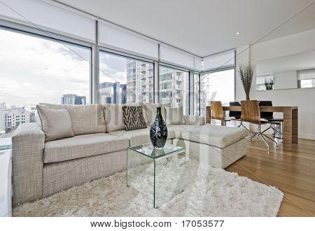 soggiorno di lusso con pavimento al soffitto finestre