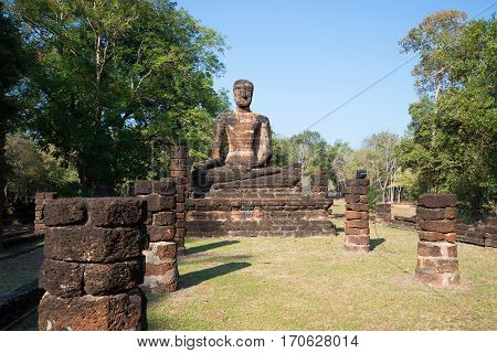 Ancient sculpture of a seated Buddha on the ruins vihan buddhist temple of Wat Singh. Kamphaeng Phet, Thailand