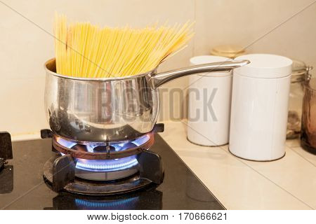 wrong to Boiling spaghetti in a stainless steel pot