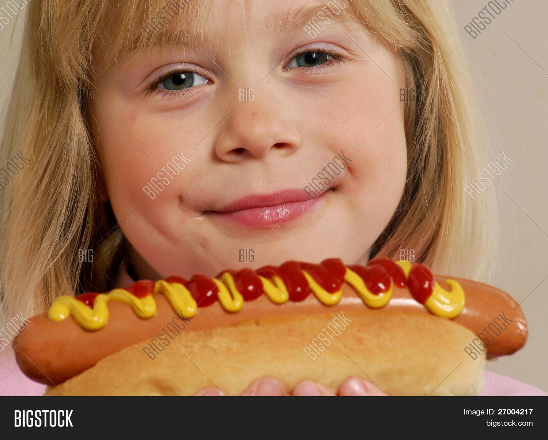 Фото как ребёнок ест колбасу