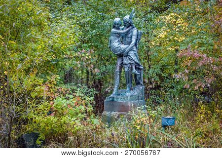 Minneapolis, Mn/usa - October 10, 2018: Hiawatha And Minnehaha Statue In Minnehaha Park.