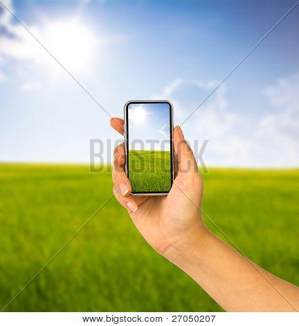 Handy in der Hand und Land von sunny day