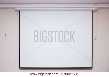 Manual Projector Screen Wall Ceiling Matte White . Wall Mount Layer Proyektor Manual Gantung