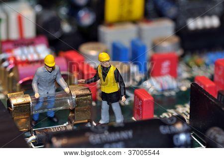 Miniatur-Arbeitnehmer auf Motherboard / in pc
