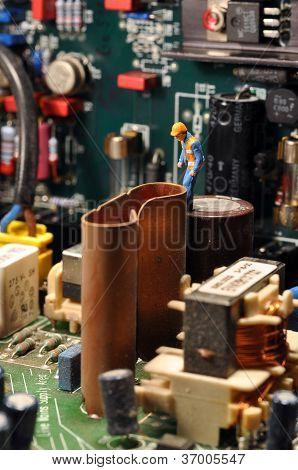 Miniatur-Arbeiter auf Motherboard / innen pc