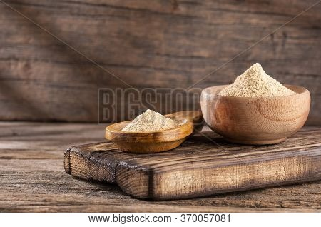 Organic Maca Powder - Lepidium Meyenii. Wood Background