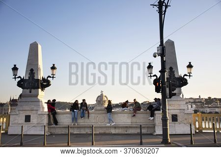 Budapest, Hungary - September 22 : Hungarians People And Foreign Travelers Walking Travel And Sittin