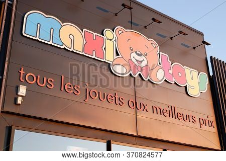 Bordeaux , Aquitaine / France - 12 04 2019 : Maxitoys Sign Logo Store Maxi Toys French Brand Shop Gr