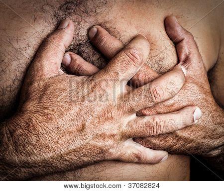 Imagen de grunge de un hombre topless sufre un ataque al corazón