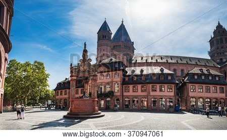 Mainz, Germany - August 12, 2018: Tourist People Walking And Enjoying Views Of Mainz Cathedral And M