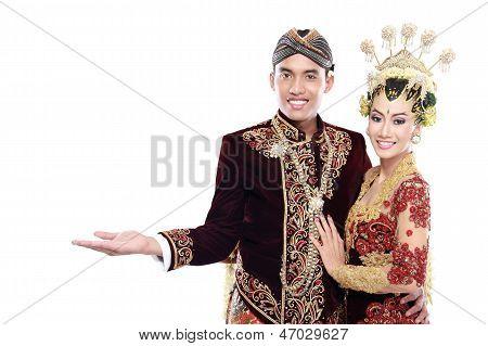 Java tradicional casamento casal marido e mulher Apresentando área em branco