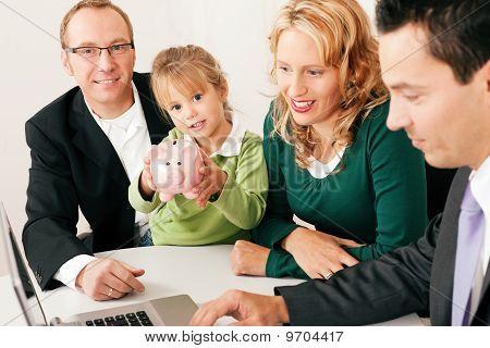 Familie mit Berater Finanz- und Versicherungswesen